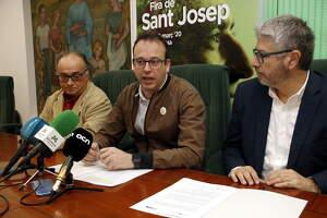 Pla mitjà on es pot veure l'alcalde i president de Fira de Mollerussa, Marc Solsona, acompanyat dels representants d'APRICMA i la FEMEL