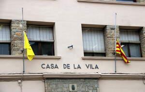 Detall de les banderes a mig pal onejant a la façana de l'Ajuntament de Sort