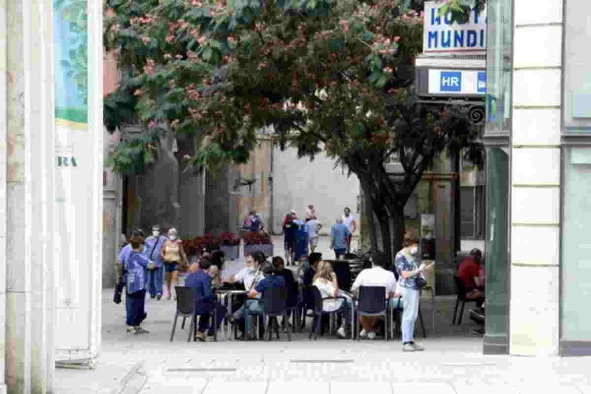 Un bar obert a l'Eix Comercial de Lleida. Imatge del 13 de juliol de 2020