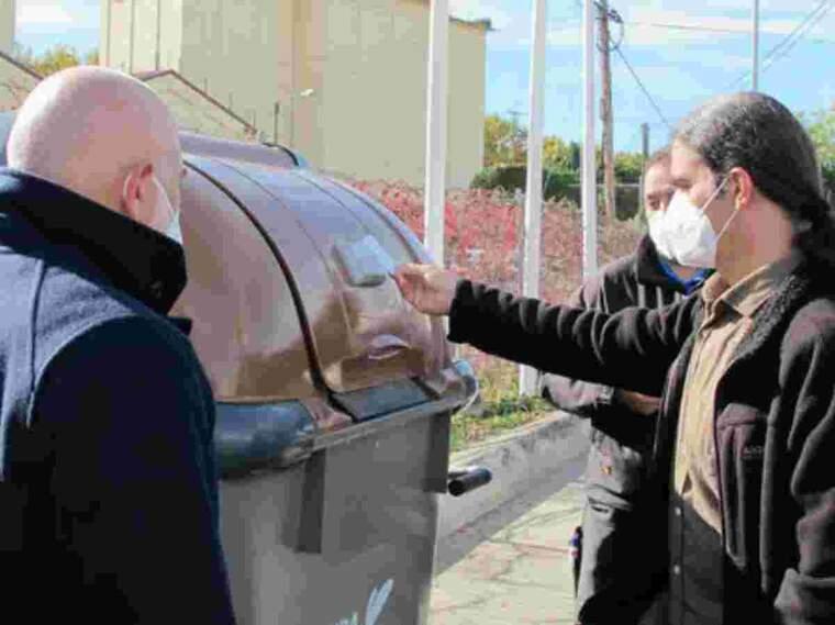 Pla mitjà del tinent d'alcalde i regidor de Transició Ecològica, Sergi Talamonte, comprovant el sistema de contenidor amb tancament electrònic