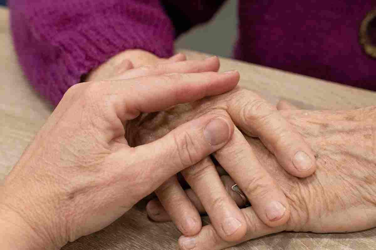 Imatge de les mans d'una persona de la tercera edat