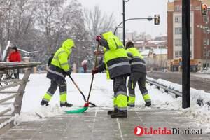 Lleida es tenyeix de blanc després d'una important nevada que ha deixat gruixos de fins a 7 centímetres a la capital del Segrià.