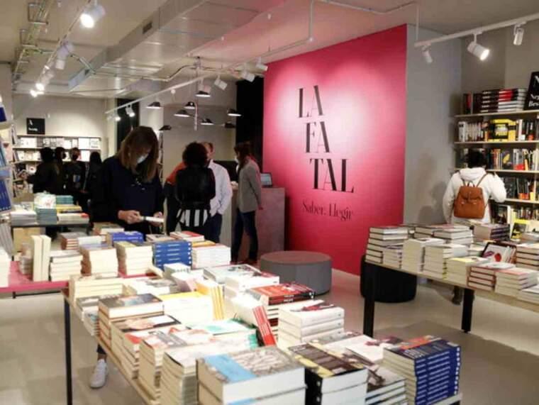 Pla general de l'exterior de la nova llibreria La Fatal de Lleida el dia de la seva obertura