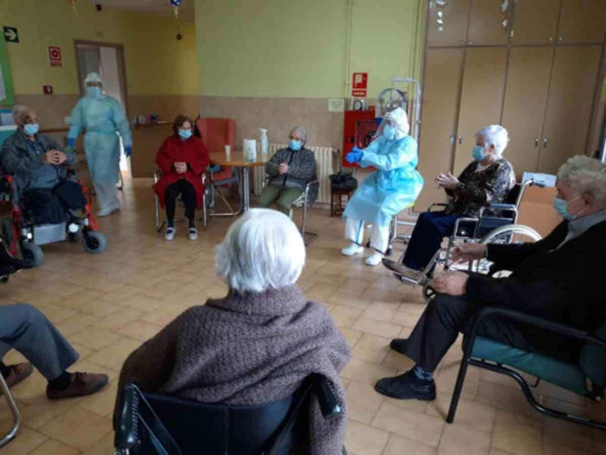 Pla general d'una activitat en grup a la residència d'avis de Solsona