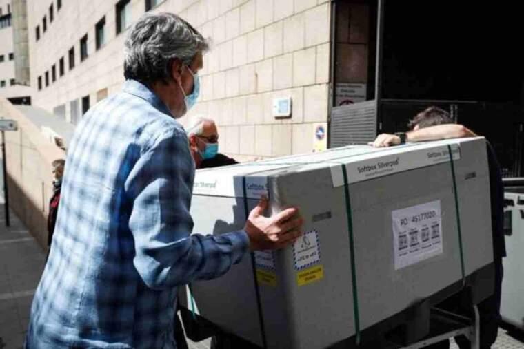 Imatge de l'arribada a Andorra de les 30.000 dosis del vaccí d'AstraZeneca mitjançant el projecte Covax