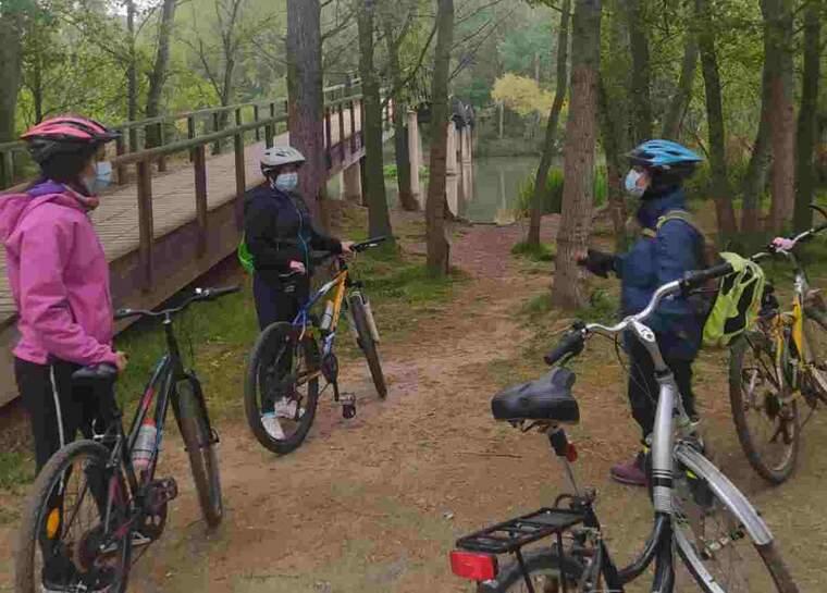 Imatge de tres dones al Parc de La Mitjana de Lleida