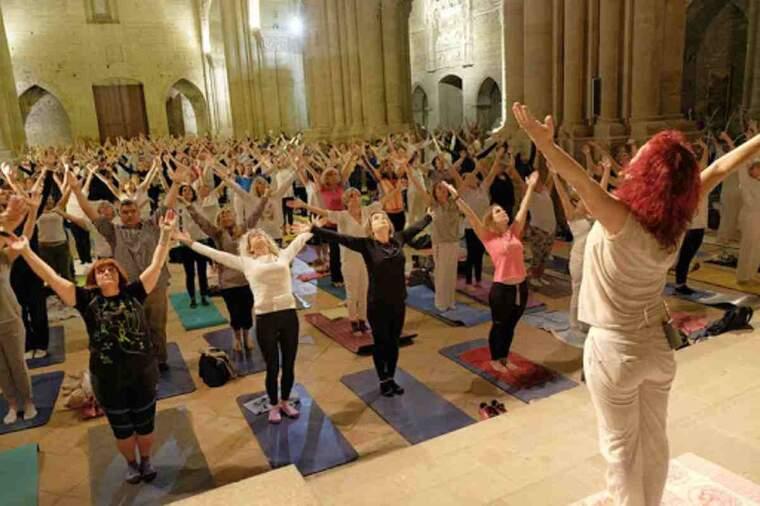 Imatge d'una sessió de ioga al claustre de la Seu Vella de Lleida