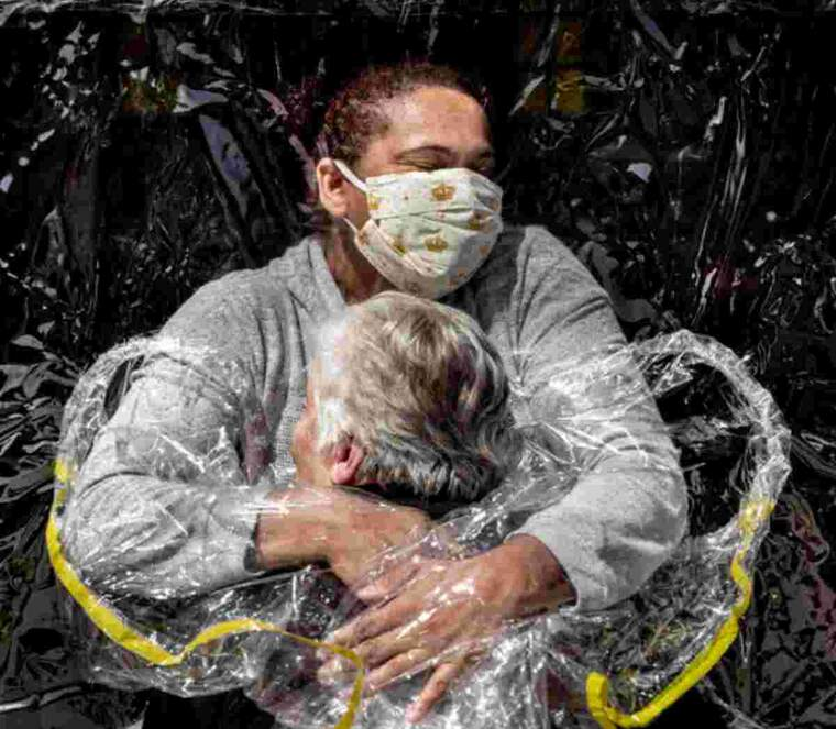 La fotografia 'The First Embrace', de Mads Nissen, premi World Press Photo de l'any 2021