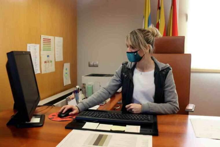 L'alcaldessa d'Òdena, Maria Sayavera, treballant al seu despatx de l'Ajuntament