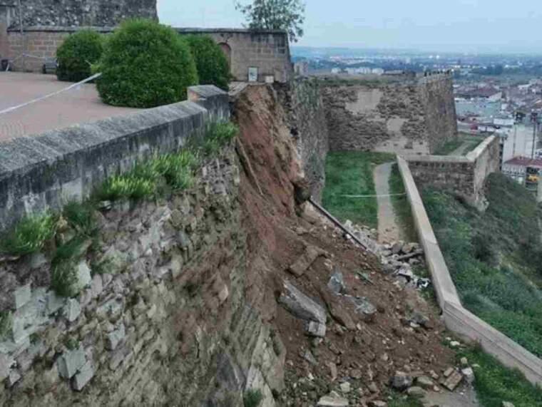 Mur de la Seu Vella de Lleida amb una part esfondrada