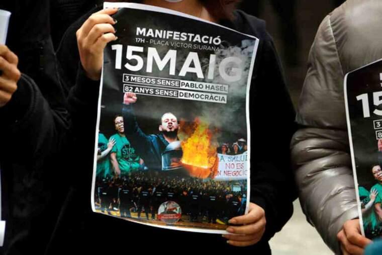 Pla curt on es pot veure un cartell de la manifestació del 15 de maig a Lleida per demanar la llibertat de Pablo Hasel
