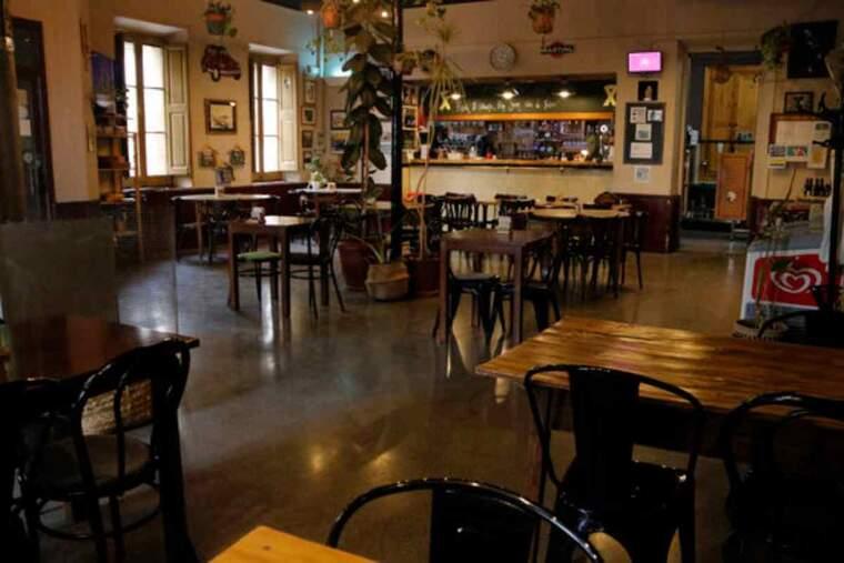 Pla general de l'interior del Bar Centro de Maldà, sense clients, pel tancament forçat per les restriccions contra la covid-19