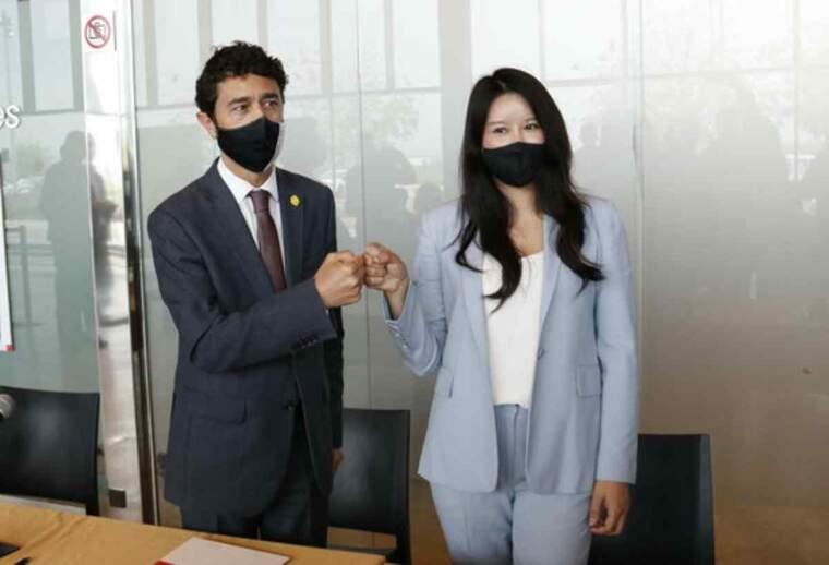 Pla mig del conseller de Territori i Sostenibilitat, Damià Calvet, fent oficial l'acord amb la CEO d'EHang Espanya i Llatinoamèrica, Victoria Jing Xiang