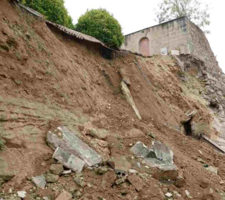Pla obert de la part del mur de la Seu Vella que ha caigut