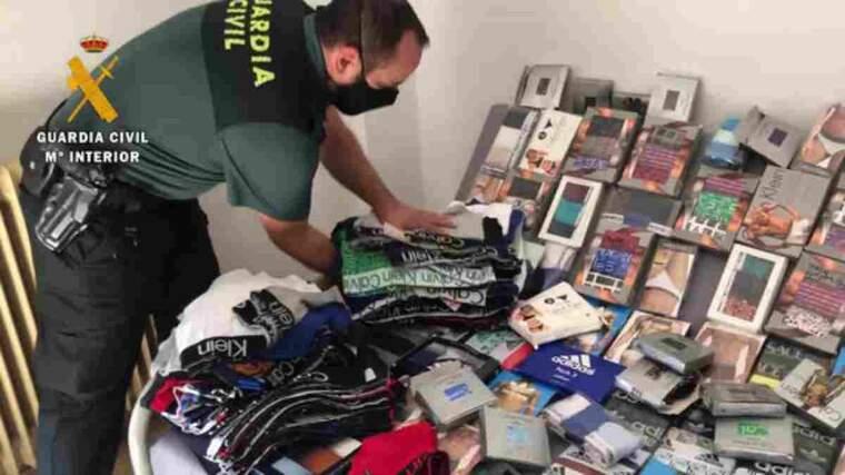 Pla obert de la roba falsificada intervinguda per la Guàrdia Civil al mercat setmanals dels dimarts de les Borges Blanques