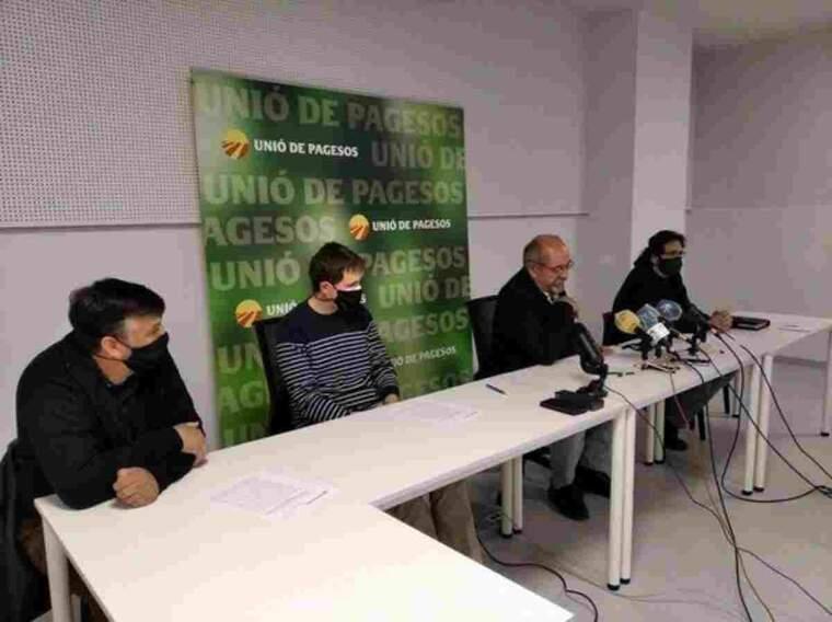 Pla obert de la roda de premsa d'Unió de Pagesos sobre la pròxima campanya de la fruita dolça