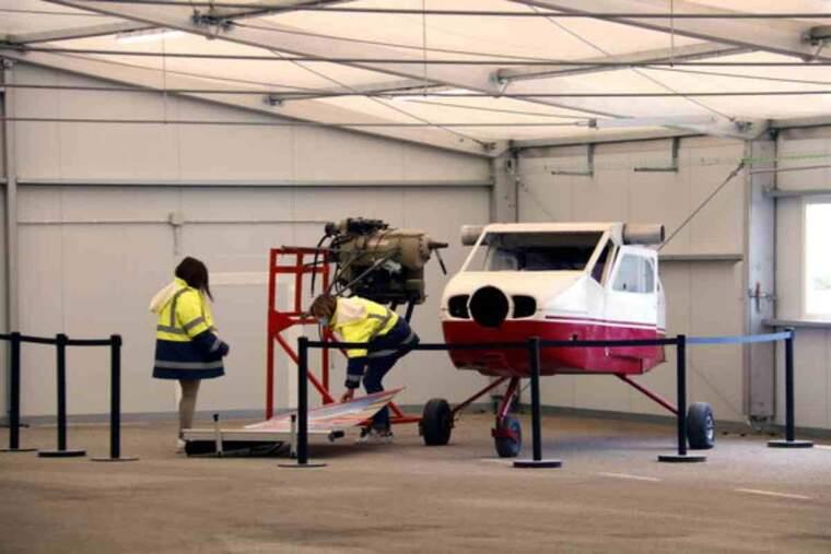 Pla obert de part d'una avioneta, en una sala de l'aeroport de Lleida-Alguaire que acollirà un curs de manteniment aeronàutic