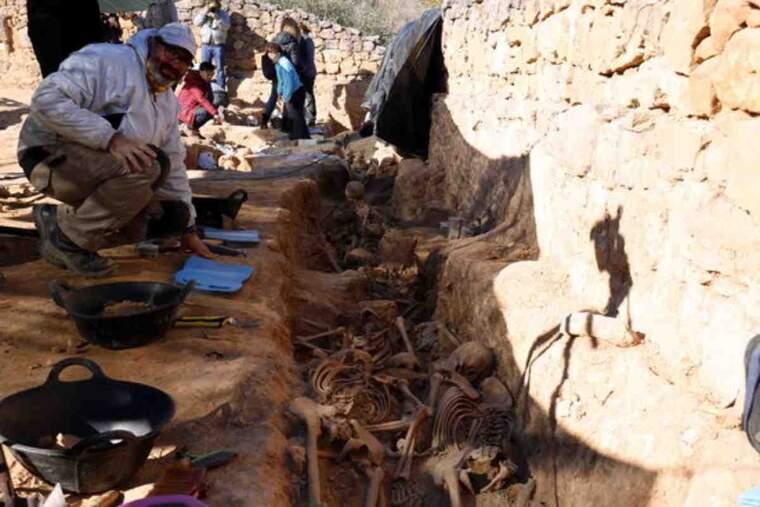 Pla obert on es poden veure els arqueòlegs treballant a la fossa de la Guerra Civil al cementiri vell del Soleràs