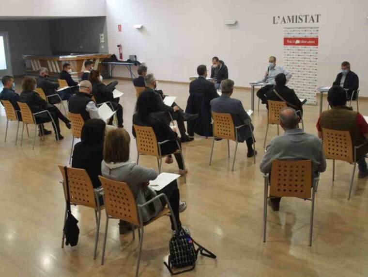 Pla obert on es pot veure un moment de la reunió de Fira de Mollerussa amb els expositors del Saló de l'Automòbil de la FIra de Sant Josep