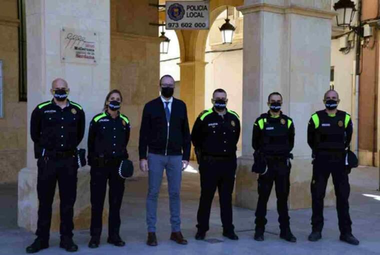 Pla sencer de l'alcalde de Mollerussa, Marc Solsona, amb el cap de la Policia Local, Salvador Tuxans, i els quatre nous agents
