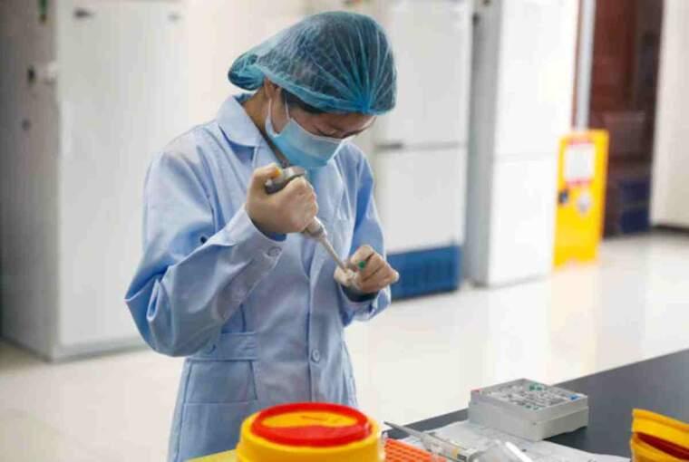 Un empleat en un laboratori de Beijing, a la Xina