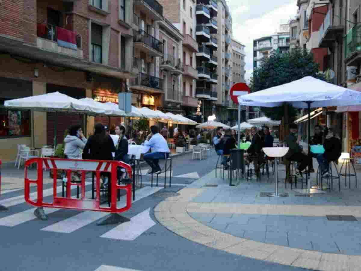 Pla general de diverses persones passant el vespre a les terrasses dels bars a la zona dels Vins de Lleida