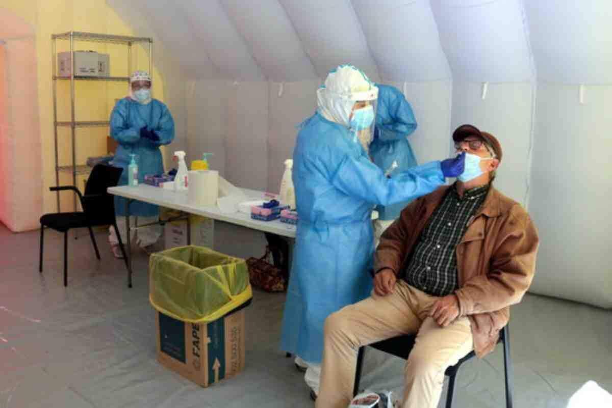 Una de les persones que ha acudit a fer-se la PCR en el cribratge massiu a la Zona Alta de Lleida