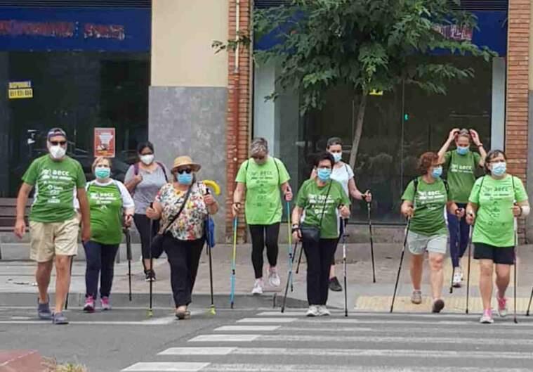 Imatge de participants de la marxa nòrdica de l'AECC de Lleida