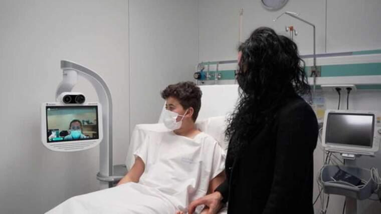 Imatge d'un pacient de l'Hospital de Berga sent atès a distància amb el nou sistema