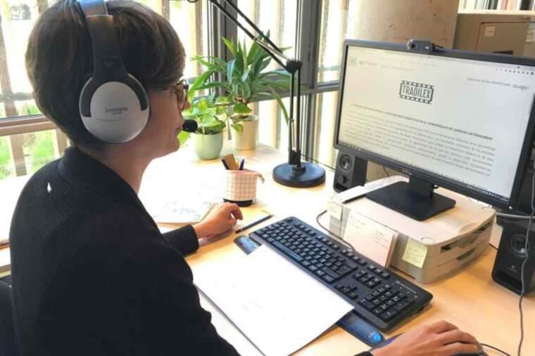 Imatge d'una dona davant l'ordinador
