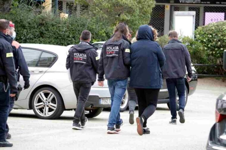 Mossos d'esquadra s'enduen un detingut en un registre a Sant Feliu de Guíxols, en el marc d'una operació amb la Policia Nacional