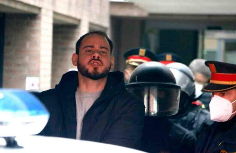 Pla curt on es pot veure al raper Pablo Hasel conduït pels Mossos d'Esquadra al cotxe policial després de la seva detenció al Rectorat de la UdL