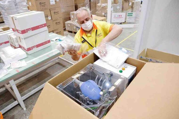 Pla detall d'un operari, empaquetant un respirador