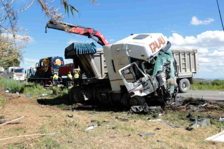 Pla general de l'accident a la C-12, al terme de Corbins, amb el camió en primer pla i la furgoenat en què anava la víctima al fons