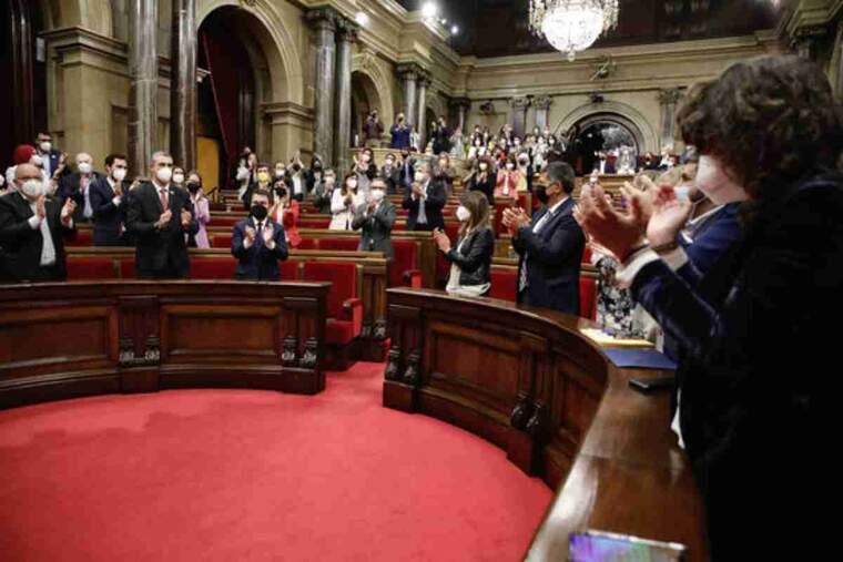 Pla general de l'hemicicle aplaudint el candidat d'ERC, Pere Aragonès, investit com a 132è president de la Generalitat