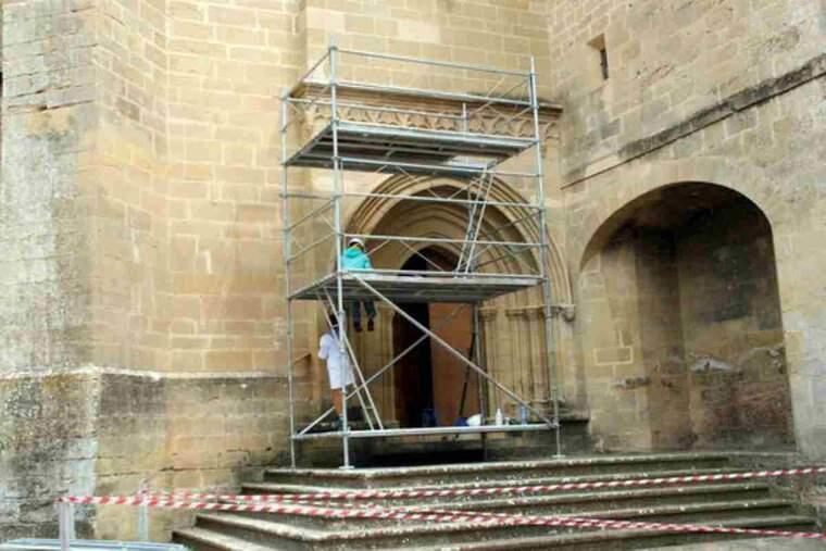 Pla general dels treballs de restauració que s'han iniciat a la porta gòtica de l'església del Monestir de les Avellanes