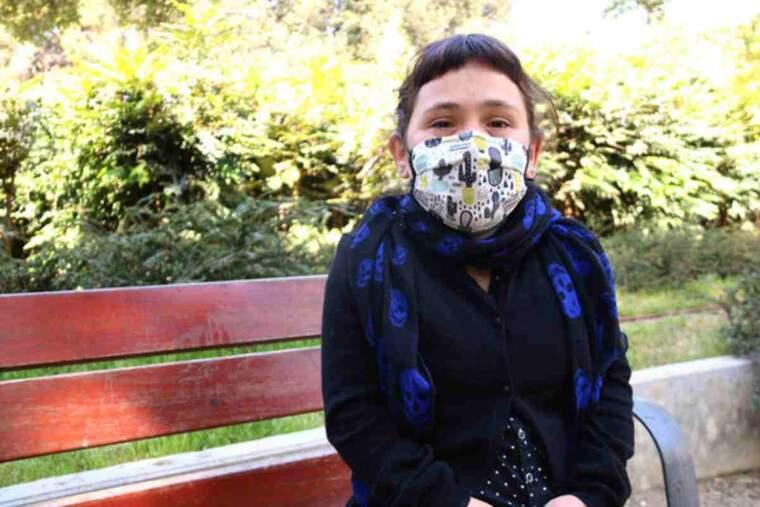 Pla mig d'Eva Celebrovsky, que pateix displàsia geleofísica, en un banc del Parc Sant Jordi de Terrassa