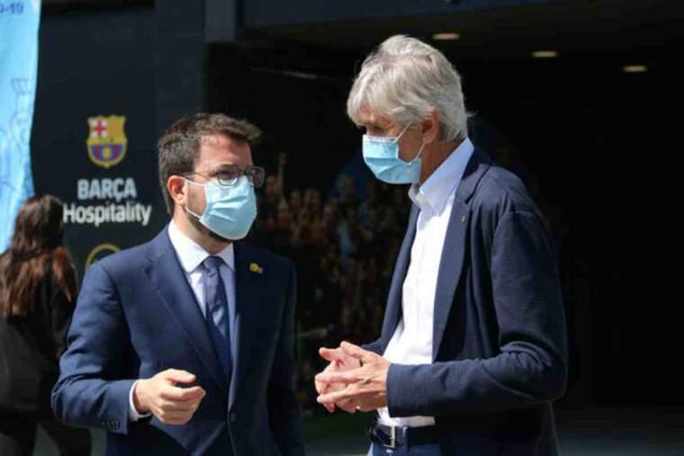 Pla mitjà del president del Govern, Pere Aragonès, i el conseller de Salut, Josep Maria Argimon, davant del Camp Nou
