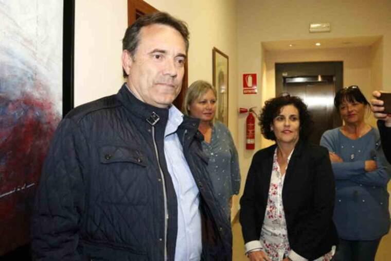 Pla mitjà on es pot veure l'alcalde d'Almacelles, Josep Ibarz, després del registre de més d'onze hores per part de la Guàrdia Civil