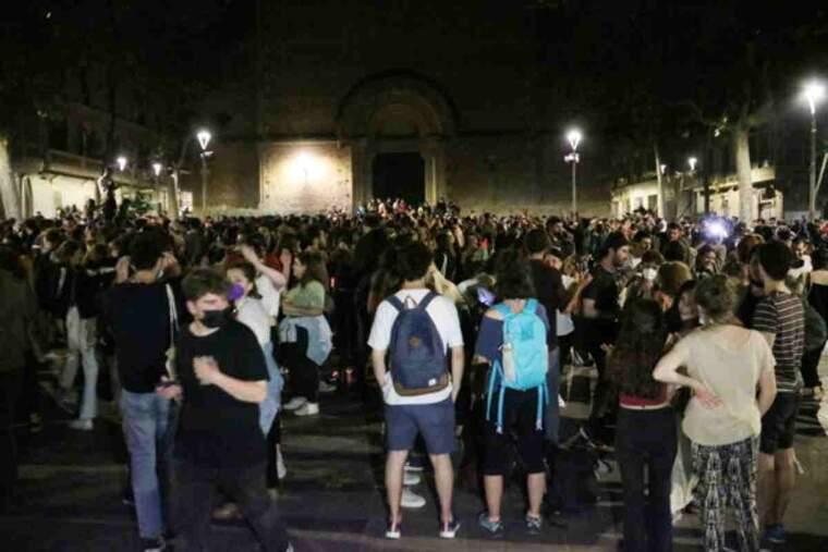 Pla obert de centenars de joves celebrant el final del toc de queda a la plaça de la Virreina de Gràcia
