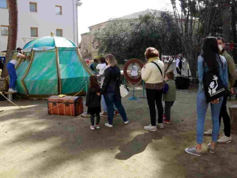 Pla obert de gent fent cua per gaudir de la proposta 'La Caixeta' d'Holoqué a l'Espai Instal·lacions de la Fira de Titelles de Lleida