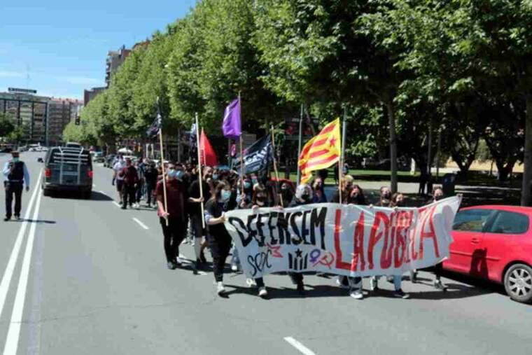Pla obert de la manifestació d'estudiants davant del Rectorat de la Universitat de Lleida
