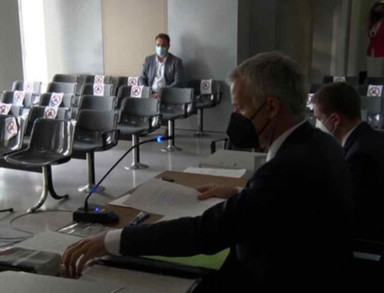 Pla obert del judici a l'alcalde d'Almacelles, Josep Ibarz, amb l'acusat al fons de la sala de vistes