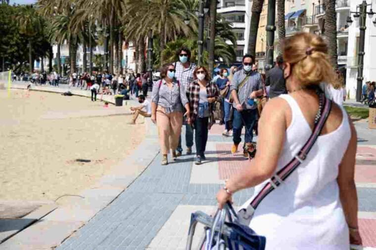 Pla obert del passeig de Sitges ple de turistes
