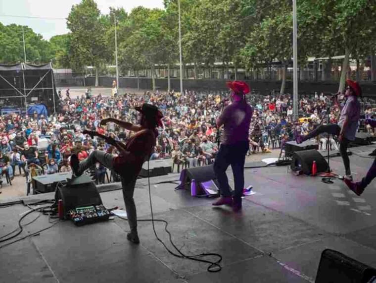 Pla obert d'una de les actuacions de les Festes de Maig de Lleida a l'escenari dels Camps Elisis