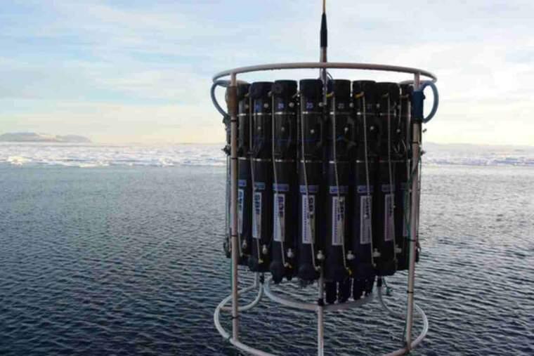 Pla obert on es pot veure una presa de mostres amb CTD a la glacera Nioghalvfjerdsbrae o 79° N, a Groenlàndia