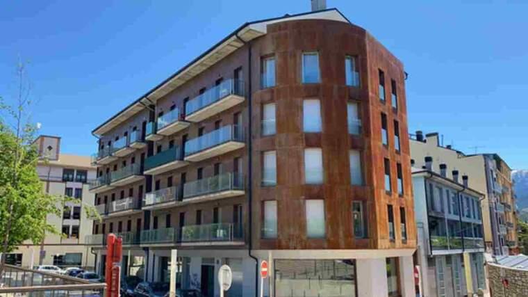 Pla obert on es veu el bloc de pisos ocupat de la Seu d'Urgell, ubicat al carrer Portal d'Andorra de la capital alturgellenca
