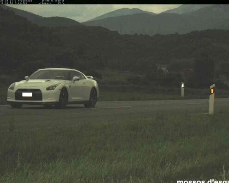 Pla obert on es veu el vehicle que circulava a 196 km/h pel quilòmetre 232 de la carretera N-260, al seu pas per Montferrer i Castellbò