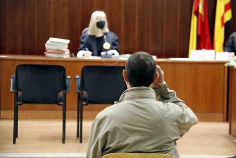 Pla tancat d'esquenes de l'acusat de violar la seva neboda, assegut a l'Audiència de Lleida durant el judici