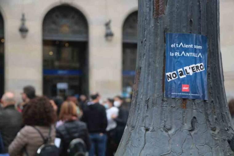 Pla tancat d'una enganxina davant l'antiga seu de Caixa Catalunya en contra de l'ERO al BBVA